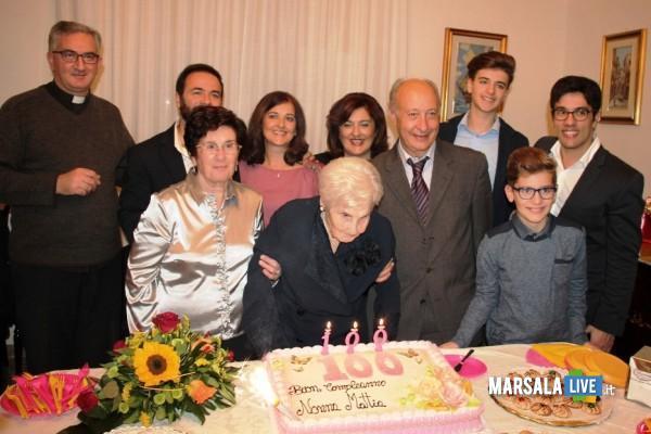 Nonna_Mattia_festeggiata_dal_Sindaco_e_dal_parroco