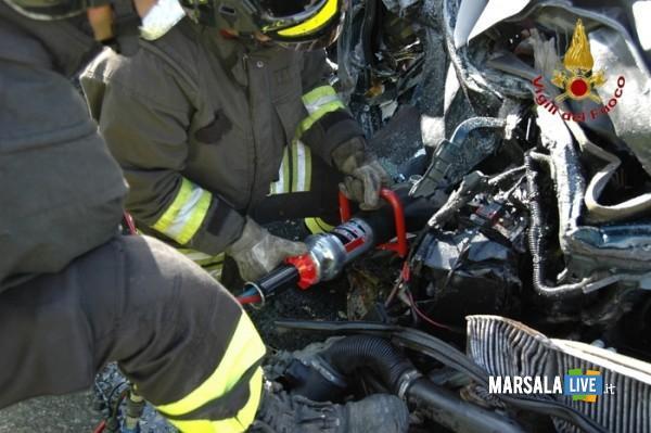 Vigili del fuoco intervengono per un incidente stradale/ Foto Vigili del Fuoco