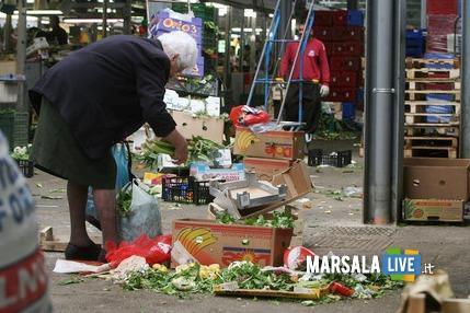 20080412 - ROMA - SOI -  Poveri a Roma nel mercato rionale di Val Melaina raccolgono generi di prima necessità in terra tra gli scarti  ANSA/MASSIMO PERCOSSI