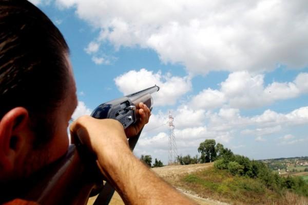 cacciatore imbraccia il suo fucile
