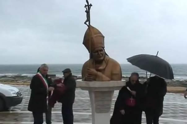 Mazara la statua di Giovanni Paolo II