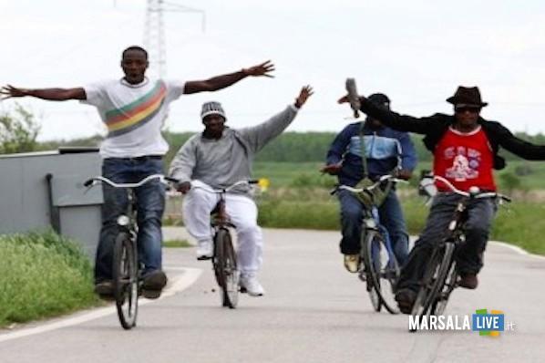 immigrati ospiti in bici marsala live