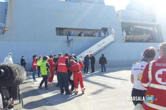 """Sono complessivamente 586 i profughi - tra i quali 79 donne, dieci delle quali incinte, e 58 bambini, cinque dei quali neonati - sbarcati nel porto di Trapani dalla nave della Marina Militare """"Comandante Foscari"""", 16 aprile 2015. L'unità li ha recuperati in diverse operazioni di soccorso nel Canale di Sicilia mentre si trovavano a bordo di tre barconi. I migranti provengono da vari paesi dell'Africa sub sahariana: Senegal, Gambia, Nigeria e Costa d'Avorio. ANSA/ ROBERTO GINEX"""