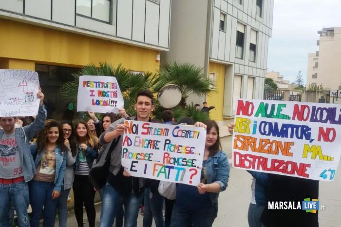 Marsala-manifestazione-di-protesta-alunni-istituto-A-Damiani