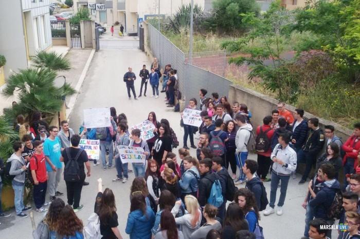 Marsala-manifestazione-protesta-alunni-istituto-A-Damiani