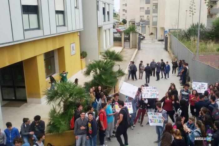 Marsala-manifestazione-protesta-alunni-istituto-Abele-Damiani