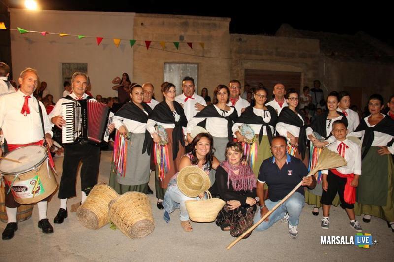 Il gruppo folkorico Marsala nfesta, in basso Linda Licari, Chiara Putaggio e Giovanni Genna
