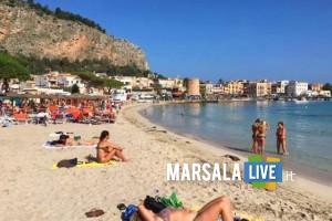 Persone a mare per prendere il sole e fare il bagno nella spiaggia di Mondello a Palermo, 25 ottobre 2016. ANSA
