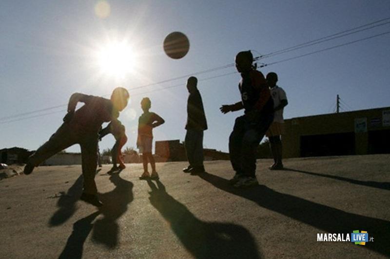 Mario-Terzo-pallone-in-strada-ragazzi