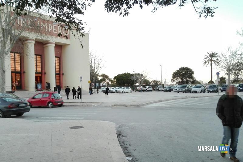 Marsala-parcheggiare-sui-marciapiedi-teatro-Impero