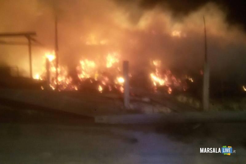 Campobello-di-mazara-fiamme-in-un-deposito-di-legna-