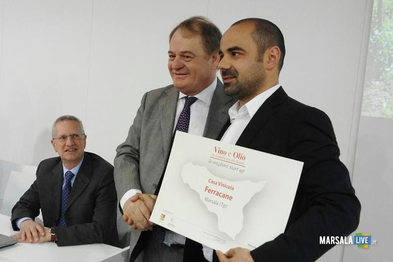 L'assessorte Cracolici assegna il premio a Fabio Ferracane