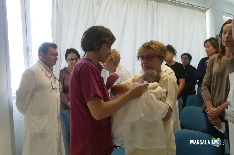 bimba con meidci e infermieri
