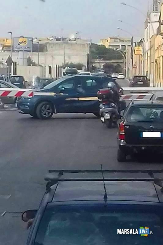 Automobilista-incastrato-passaggio-a-livello-via-Lipari-Marsala-