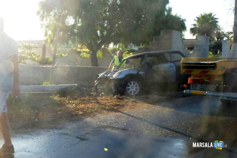 Marsala-incidente-a-Pastorella-auto-si-schianta-contro-palo-di-cemento (3)