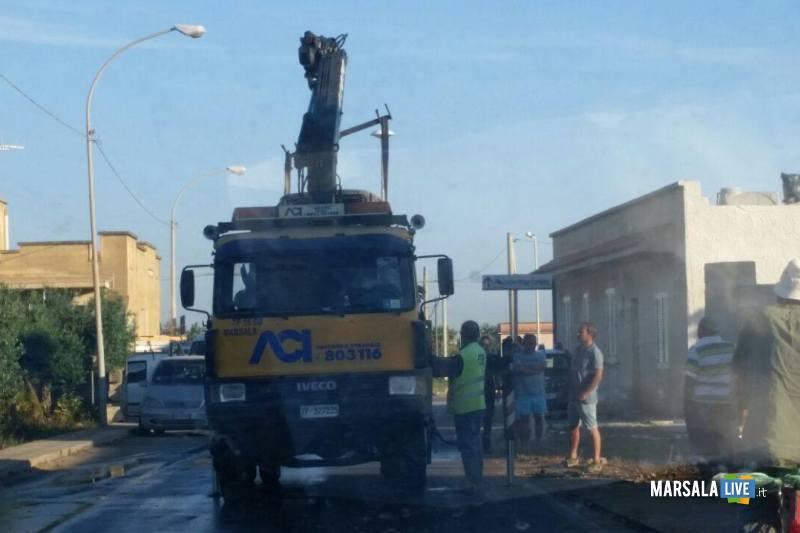 Marsala-incidente-a-Pastorella-auto-si-schianta-contro-palo-di-cemento (4)