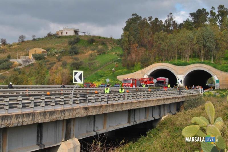 Tenta di far sbandare l'autobus all'altezza di Segesta: Paura sul bus Palermo-Trapani
