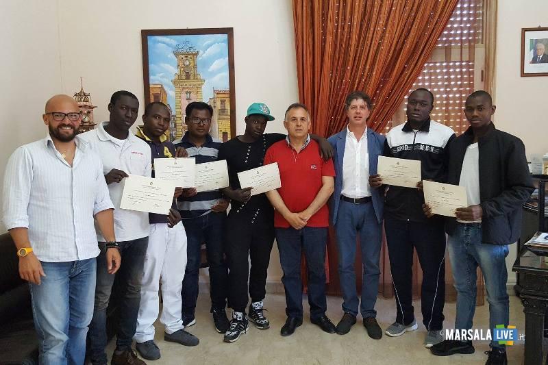 consegna attestati ai migranti con sidnaco Castiglione-ass.Dilluvio-mediatore Guglielmo Bono
