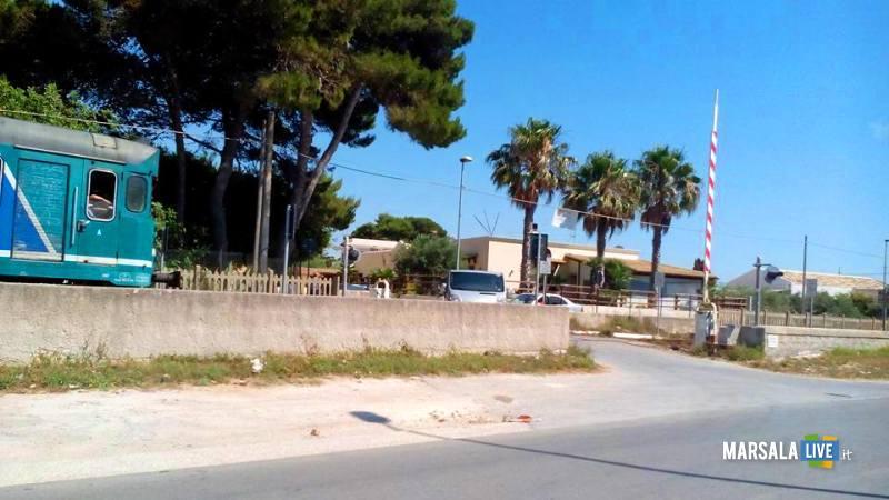 treno-fermo-passaggio-a-livello-contrada-spagnola-marsala (1)