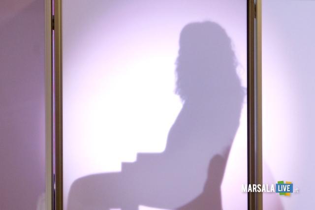 Domestico abusa di ragazza di 14 anni