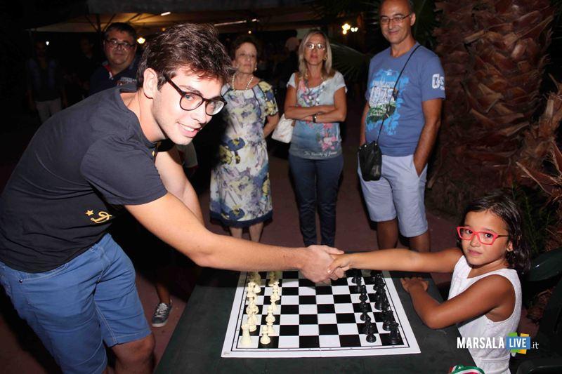 Giampaolo Calamia a sx sfidato da una giovane concorrente durante una simultanea
