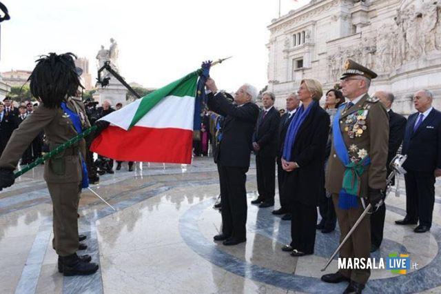 Il Presidente Mattarella conferisce la medaglia alla bandiera.. (1)