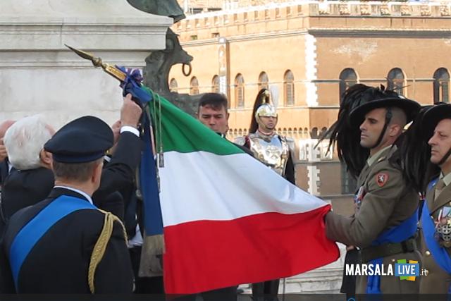 Il Presidente Mattarella conferisce la medaglia alla bandiera.