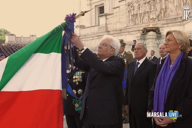 Il Presidente Mattarella conferisce la medaglia alla bandiera