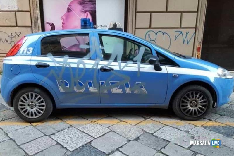 Writer imbratta con bomboletta spray auto Polizia Palermo