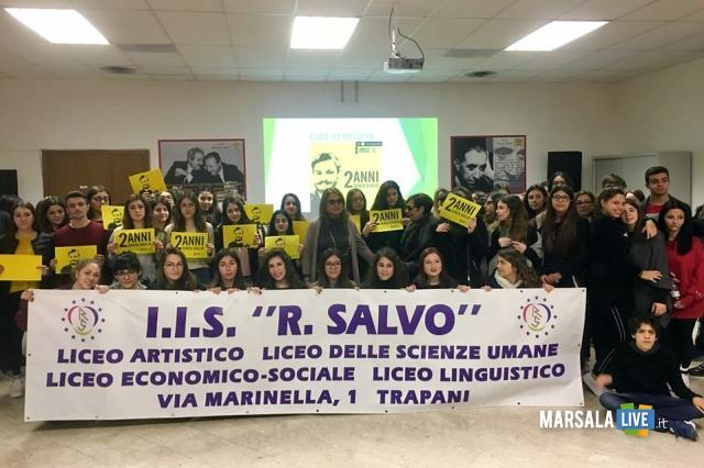 La Dirigente Giuseppina Messina insieme agli alunni del Liceo Economico Sociale Rosina Salvo di Trapani
