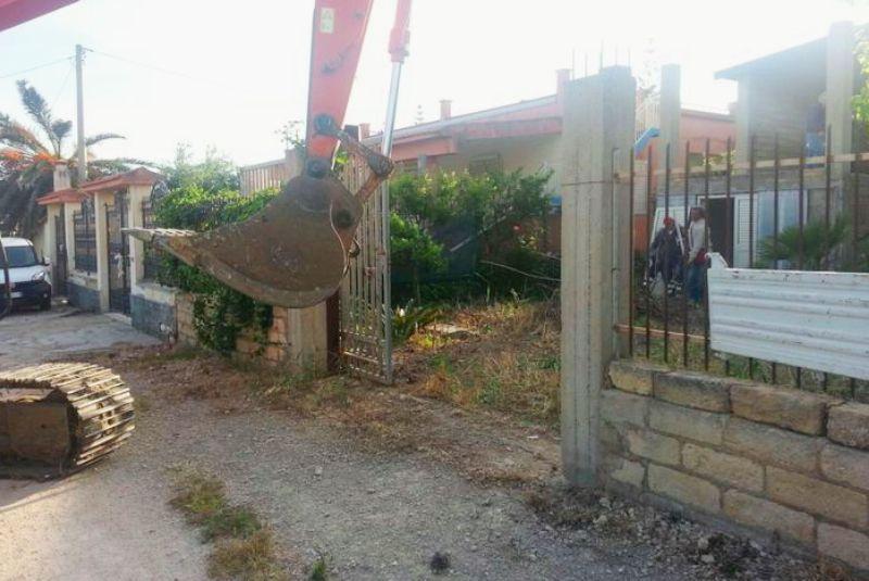 Abusivismo: rimossi blocchi, ruspe al lavoro a Licata