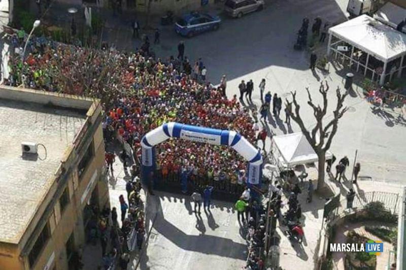 - Atl. - Quinta Maratonina del Vino - la folla degli atleti poco prima della partenza