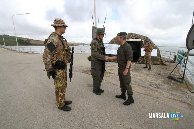 1. l'addetto militare incontra il cadetto e il tutor italiano durante l'esercitazione
