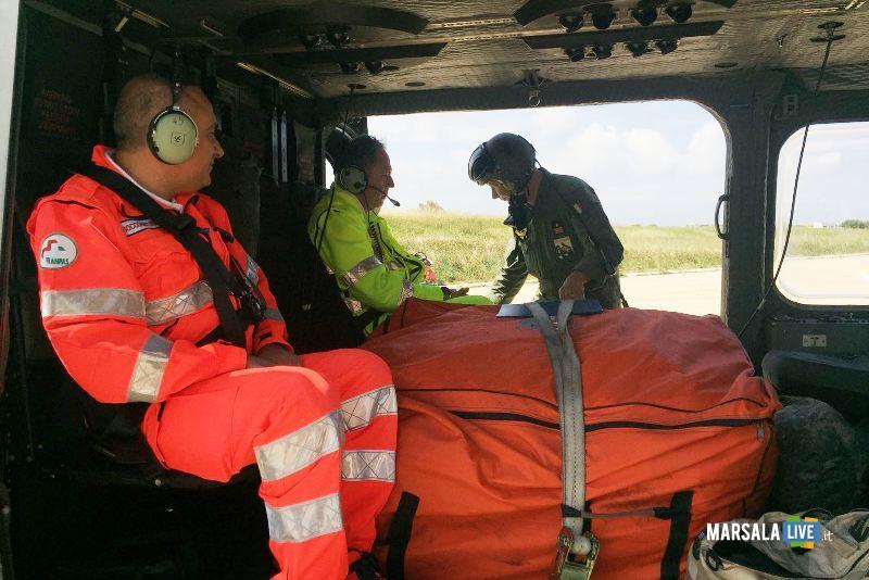 I due operatori della Paceco Soccorso a bordo dell'elicottero con al centro la tenda gonfiabile