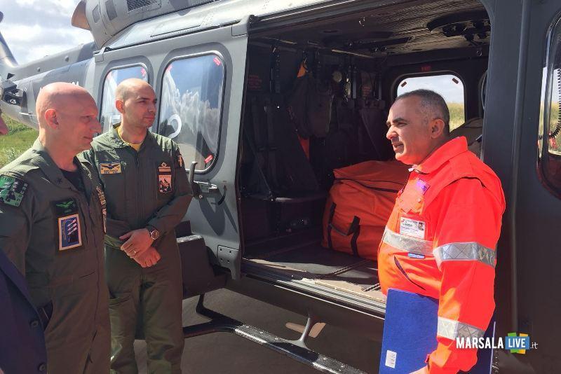 Il Comandante del 37° Stormo, Il Comandante dell'82° C.SAR e il Responsabile della Paceco Soccorso davanti l'HH139A