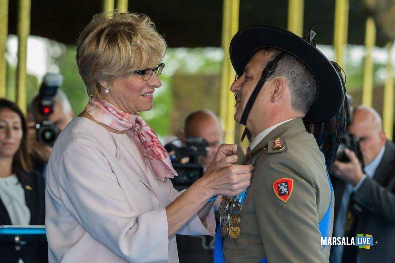 la Ministro della Difesa Sen. Roberta Pinotti conferisce la Croce d'Argento al Merito dell'Esercito al Colonnello Agostino Piccirillo