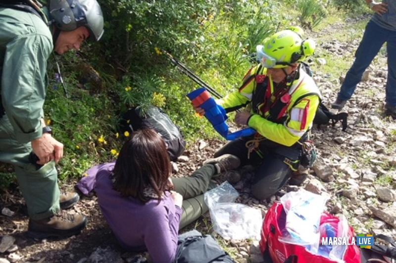 l'operatore del CNSAS mette in sicurezza l'escursionista