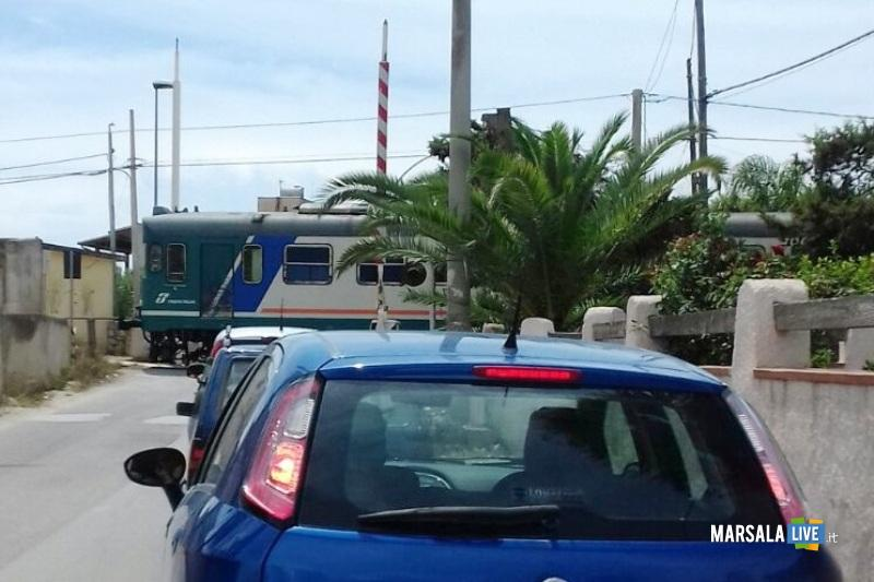 Treno passa senza le barre abbassate Terrenove Bambina