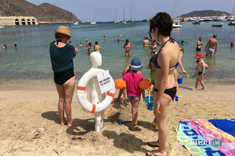 manichino fra le spiagge di Favignana per dire no alla plastica in mare (1)