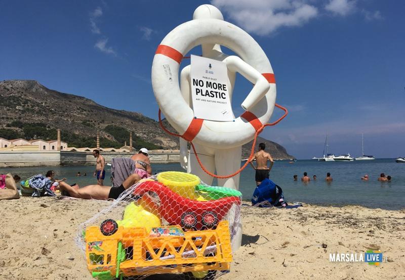 manichino fra le spiagge di Favignana per dire no alla plastica in mare (2)