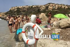 manichino fra le spiagge di Favignana per dire no alla plastica in mare (3)