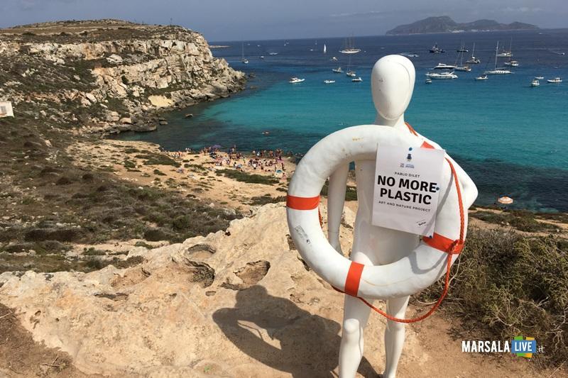 manichino fra le spiagge di Favignana per dire no alla plastica in mare (4)
