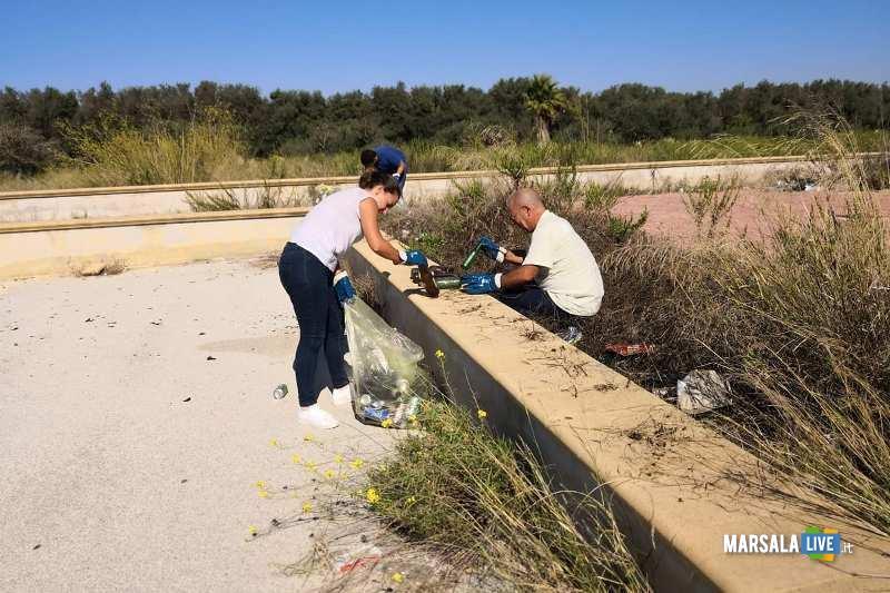 Marsala - 3 Consiglieri comunali pulito nuova piazza incompiuta Strasatti (4)