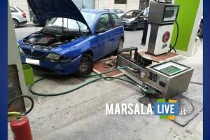 perde il controllo dell'auto e butta giù una pompa di benzina - Marsala