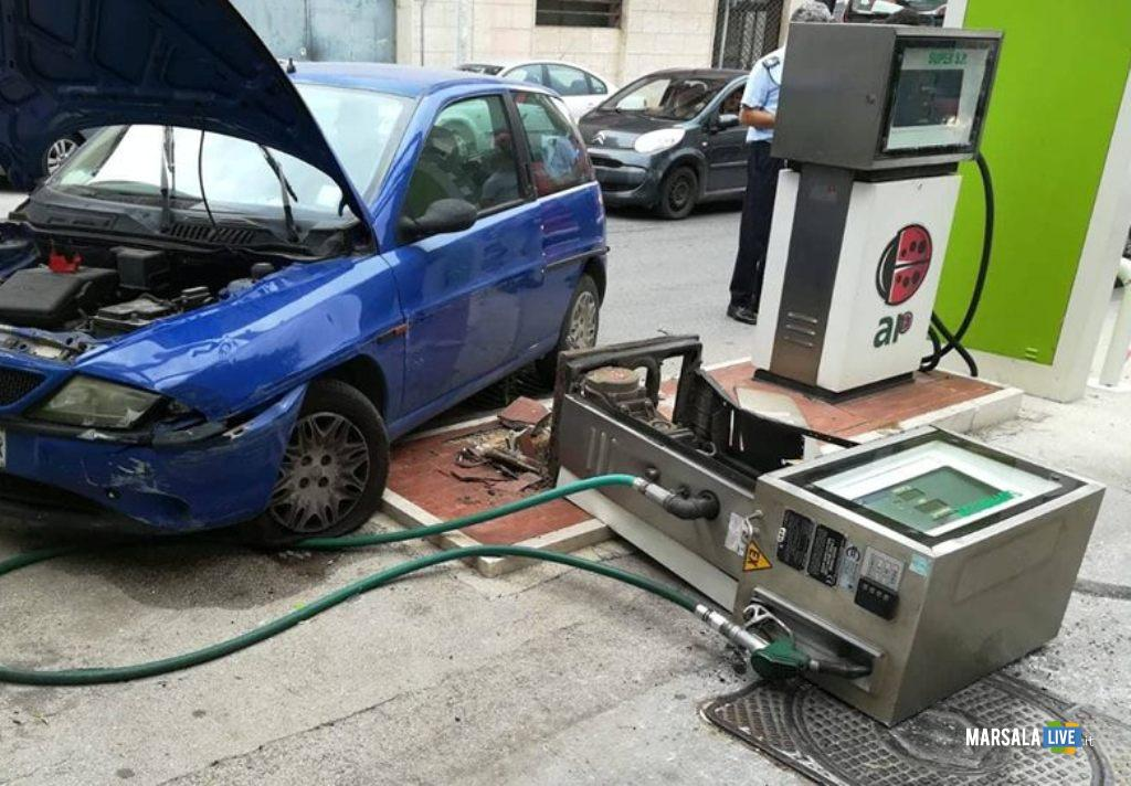 perde il controllo dell'auto e butta giù una pompa di benzina - Marsala 2018