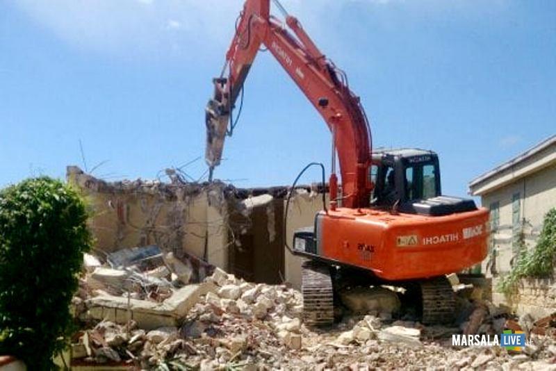 Case abusive, via alle demolizioni