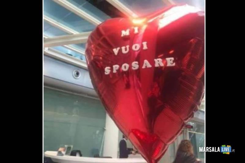 La aspetta all'aeroporto con pallone, Mi vuoi sposare
