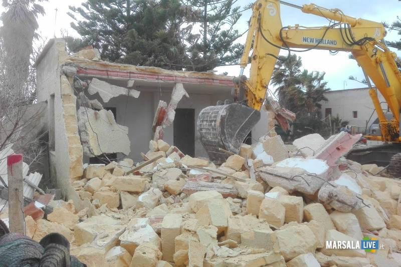 Abusivismo edilizio, demolito un immobile a Petrosino (1)