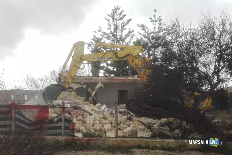 Abusivismo edilizio, demolito un immobile a Petrosino (3)