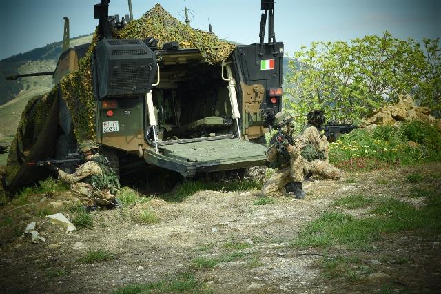 pattuglia del 6° reggimento bersaglieri a difesa con VBM Freccia.